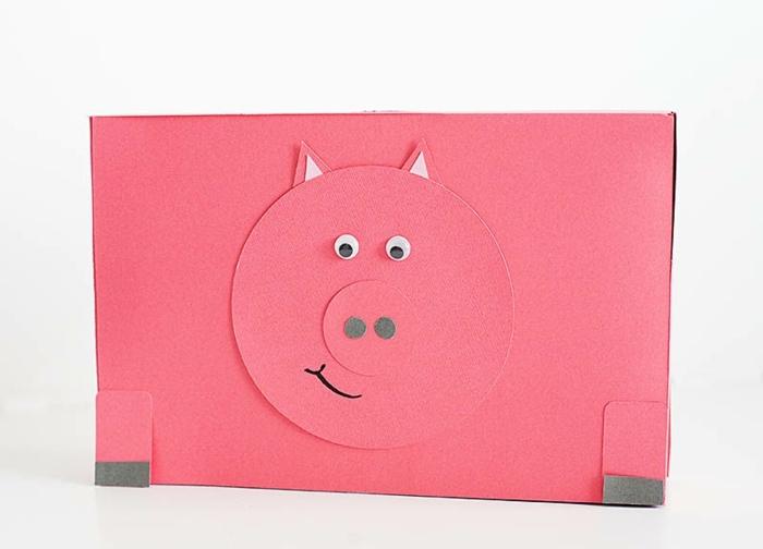 coller les details cochon sur la boite a cereales, decoration cochon, comment faire une tirelire soi meme, tutoriel