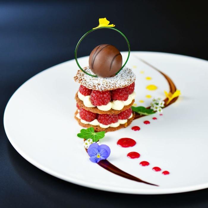 Comment présenter un dessert sur assiette inspiration joliment décoré