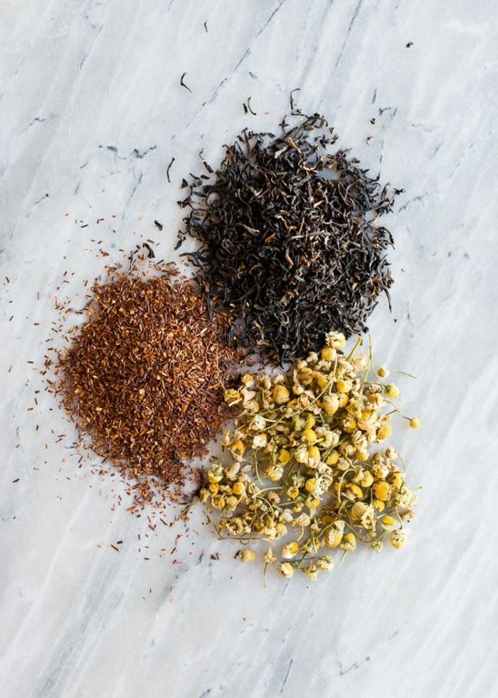 préparer un spray capillaire à l' infusion au thé pour assombrir ou éclaircir ses cheveux, une teinture naturelle pour cheveux à base végétale