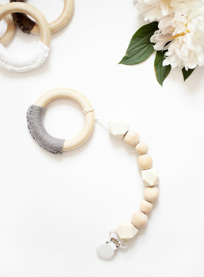 réaliser une attache-tétine en perles bois, idée pour un cadeau baby shower