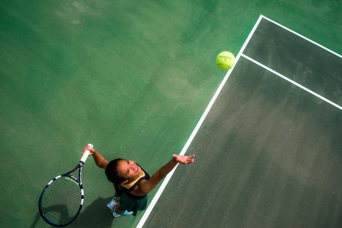sport pour femme, terrain tennis, balle de tennis, raquette de tennis, baskets bleu et blanc, jupe verte