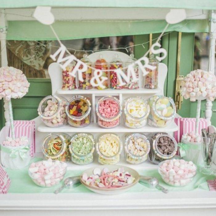 candy bar mariage, bonbonnières gélifiés, guimauves, réglisses, boules de gomme, bonbonnières en verre, arbres de guimauves, guirlande madame monsieur, decoration bar a bonbon colorée
