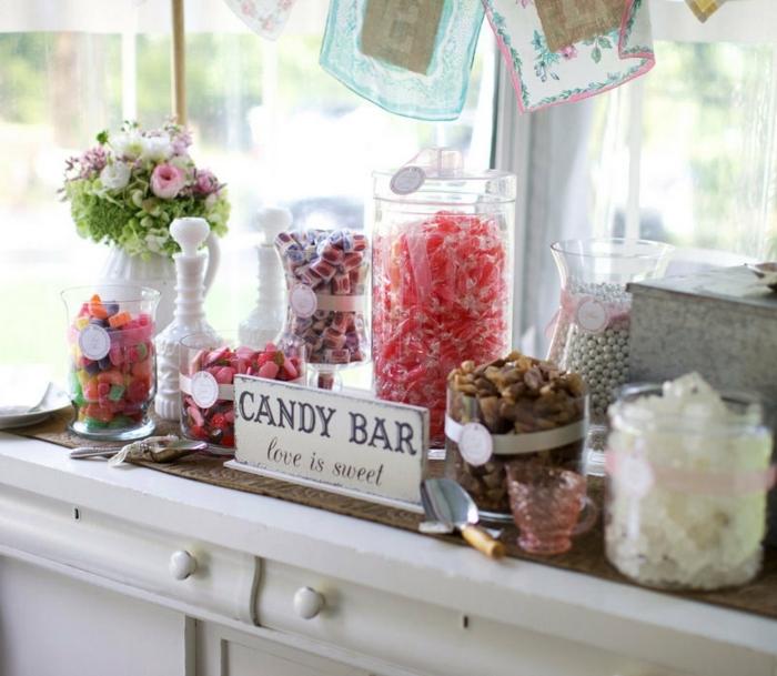 decoration bar a bonbons, bonbonnières en verre, géligiés, réglisses, caramels, dragées, étiquettes candy bar, bouquet de fleurs champetres, meuble vintage