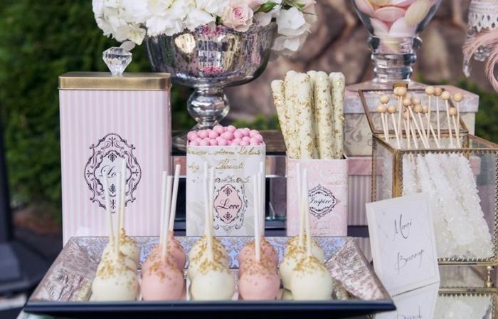 sucettes gateau, dragées, sucettes, playeau et boites à bonbons vintage, deco florale, bouquet de fleurs, decoration bar a bobnon couleur blanche et rose