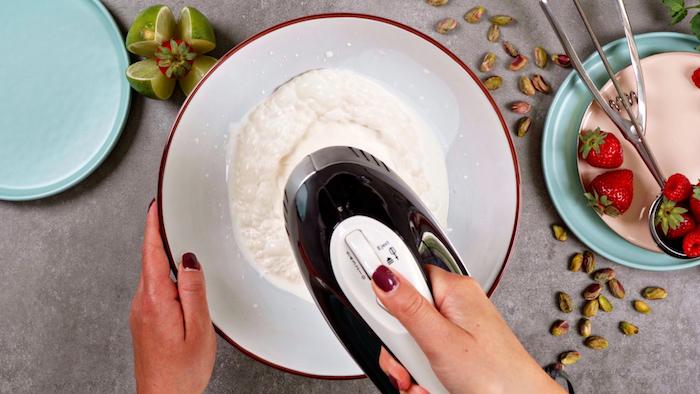 battre la crème fraiche à la vanille dans le bol exemple gateau glacé facile a faire repas été dessert