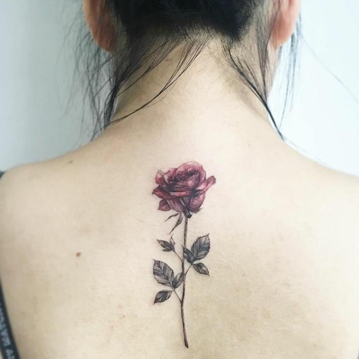 Délicat tatouage épaule femme fleur quelle choisir rose sur le dos