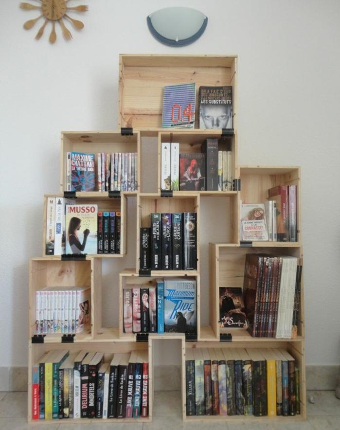 bibliothèque caisse de vin, structure pyramidale, idée comment organiser ses livres, mobilier recup tendance
