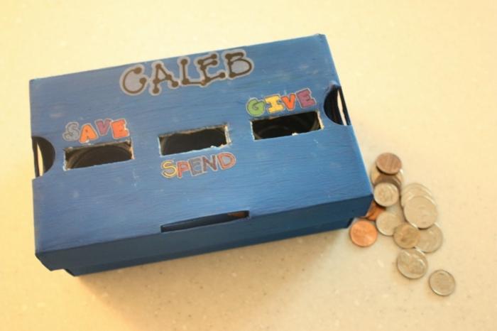 boite a chaussures repeinte en bleu et décorée à trois compartiments, faire des économies, dépenser et donner, comment faire une tirelire