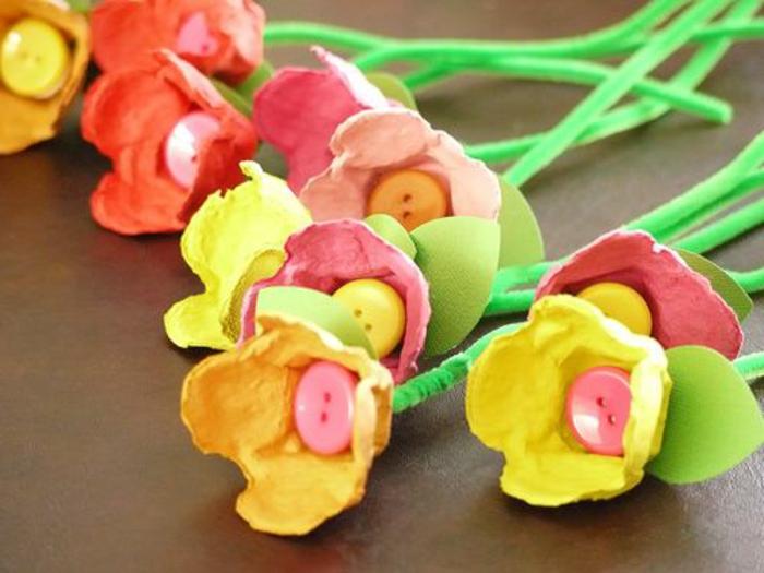 boite a oeuf, fleurs fabriquées avec carton d'oeufs, différente couleurs