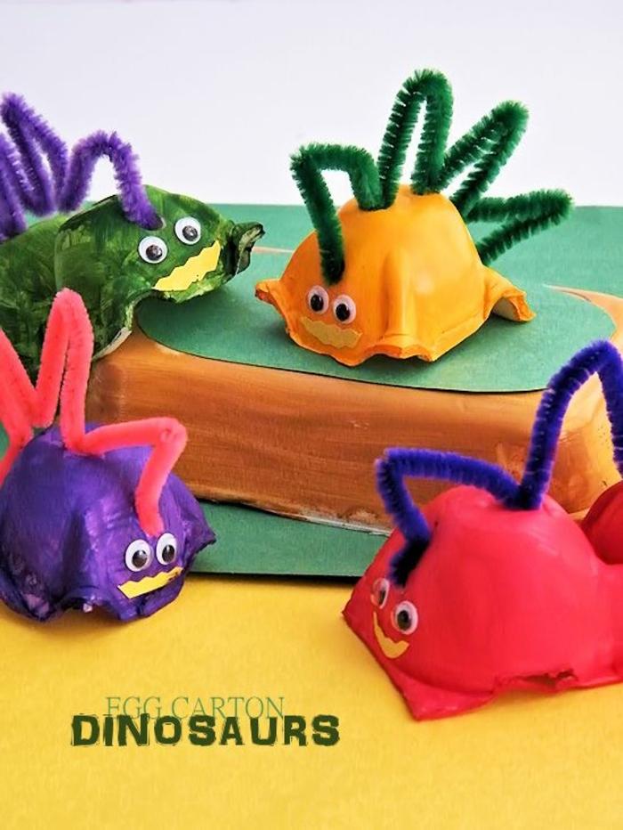 boite oeufs, dinosaures colorés bricolés avec des nettoyeurs de pipe