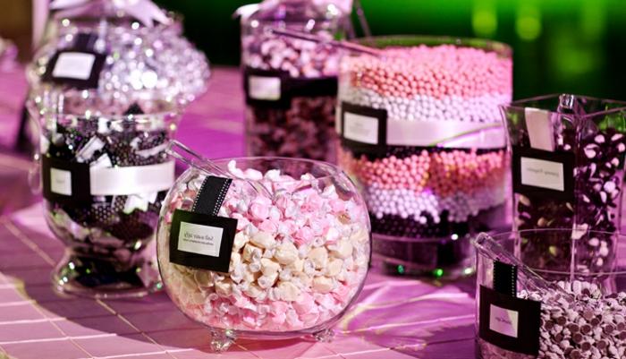 caramels, dragées et bonbons de sucre dans des bonbonnières en verre, idée menu mariage, point focal, étiquettes, idee deco table rose