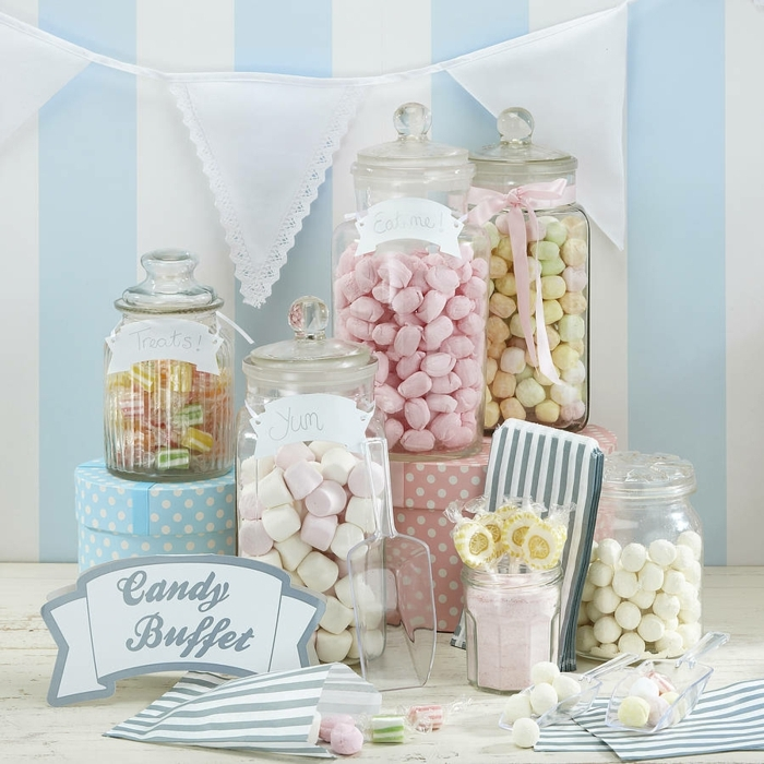 bobnbons, guimauves, boules de gomme, sucettes, dragées, bonbons de sucre couleur oastel, sachets cadeau invités, guirlande de fanions, boites en carton vintage