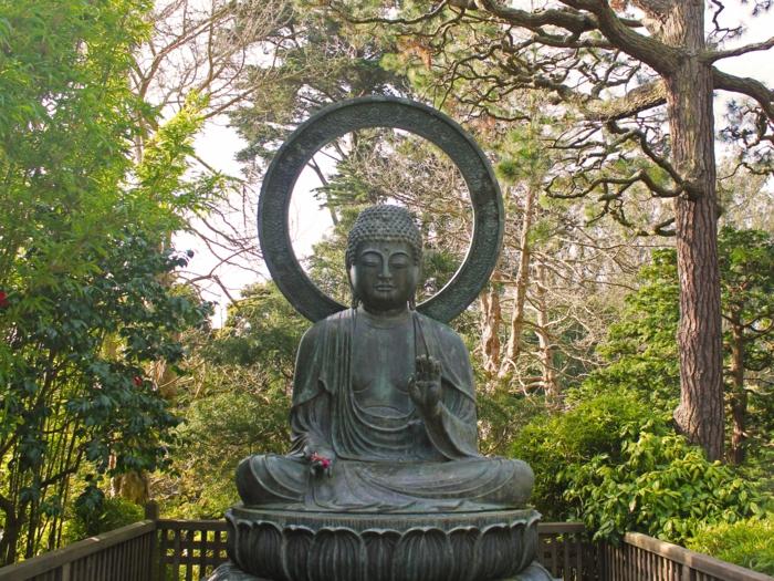 objets decoration jardin, arbres verts, broussailles, statue de bouddha pour le jardin, jardin zen