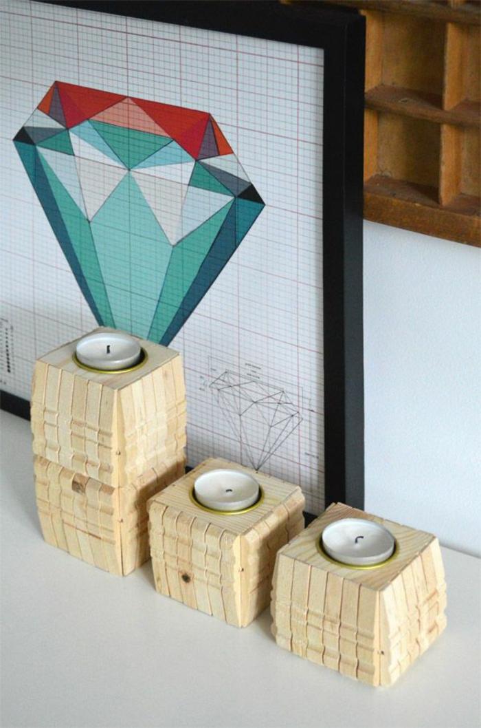 un bougeoir cubique en bois naturel recouvert de demi-pièces de pince à linge bois