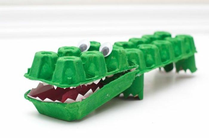 bricolage boite a oeuf, crocodile vert avec des yeux et des dents