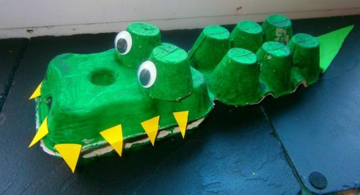 bricolage boite a oeuf, crocodile avec des dents jaunes avec des matériaux récyclés