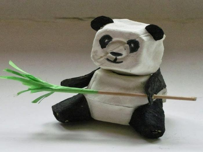 bricolage boite a oeuf, panda créé avec du carton à oeufs