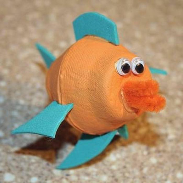 bricolage boite a oeuf, poisson orange avec des nageoirs bleus