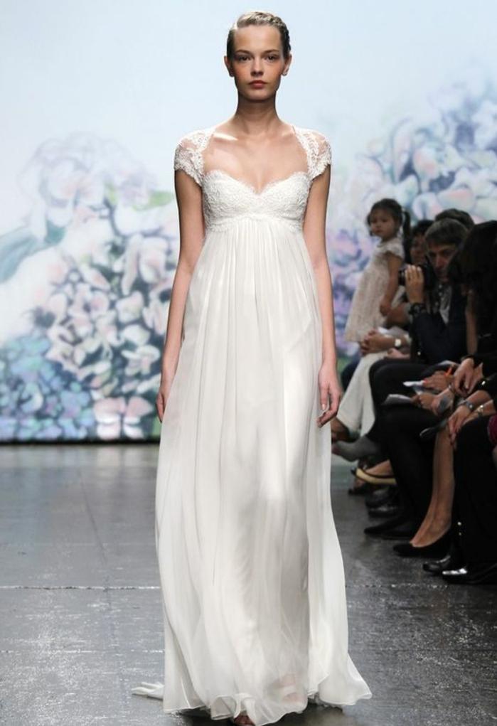 nouvelles tendances dans la robe mariée, robe à coupe empire et manches courte en dentelle