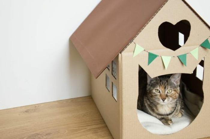 cabane a chat, petite maisonette pour chat en carton avec décoration