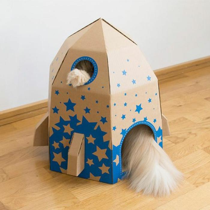 cabane a chat en forme de missile, maisonette chat décorée