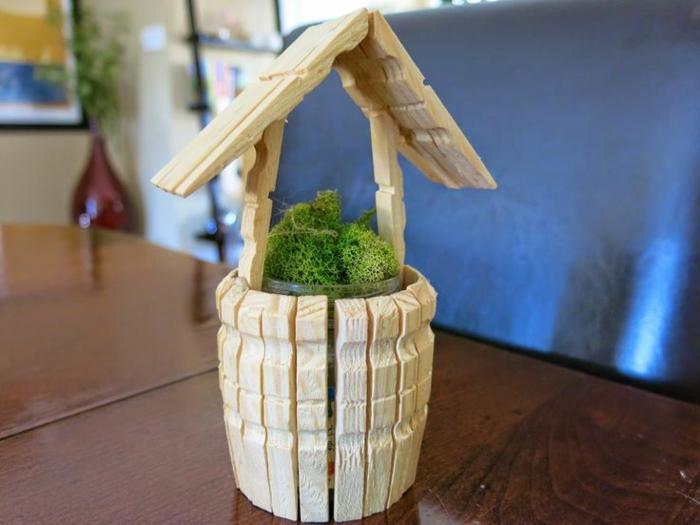 un cache-pot en forme de puits fait avec des pinces à linge en bois, bricolage facile avec une pince à linge bois