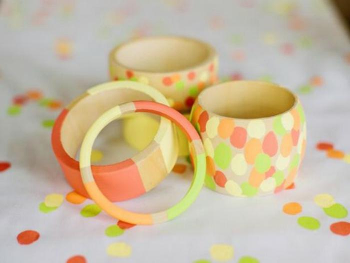 des bracelets femme en bois customisés avec du washi tape, bandes et points mutlicolores, idee fete des meres, cadeau bijou