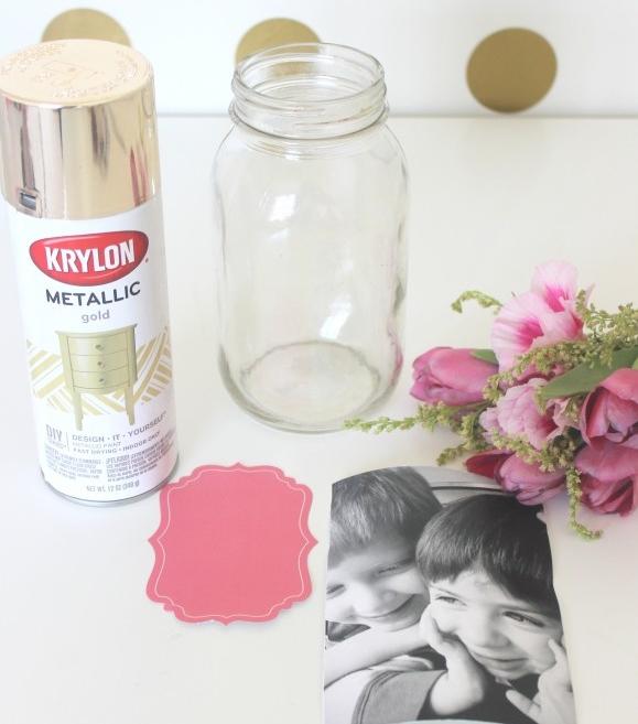 cadeau fête des mères à fabrquer, tutoriel pour faire un vase personnalisé à partir d un pot en verre et photo, peinture effet doré, bouquet de fleurs