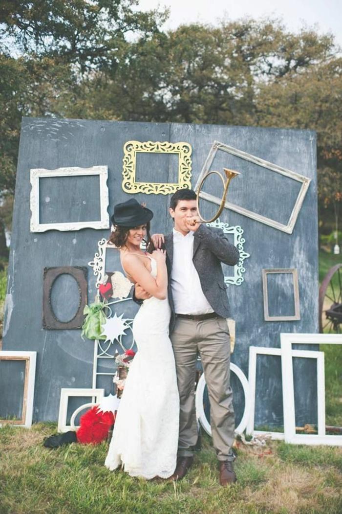 un fond photobooth insolite décoré de cadres disparates