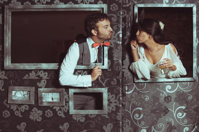 un cadre photobooth avec fenêtres pour une séance de photos amusante