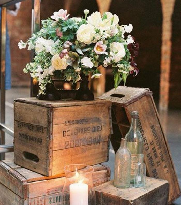 cagette bois pour fabriquer une decor mariage champetre chic, bouteilles en verre, vouquet de fleurs, bougie