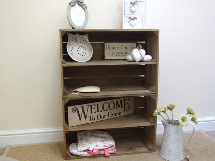 caisse de vin projet recup, plaque métallique et plaque en bois, coeurs décoratifs en tissu, cadre photo et vase de fleurs vintage