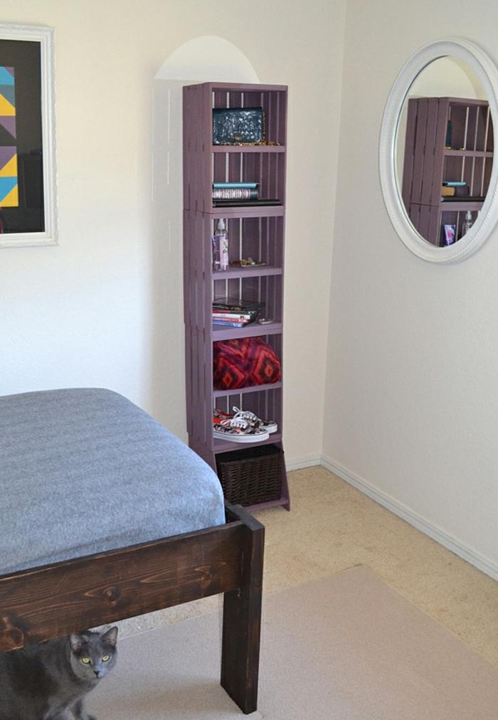 idée comment fabriquer un rangement pour la chambre à coucher, etagere cagette en bois, plusieurs caisses superposées et repeintes en mauve, lit en bois, miroir rond mural, chat