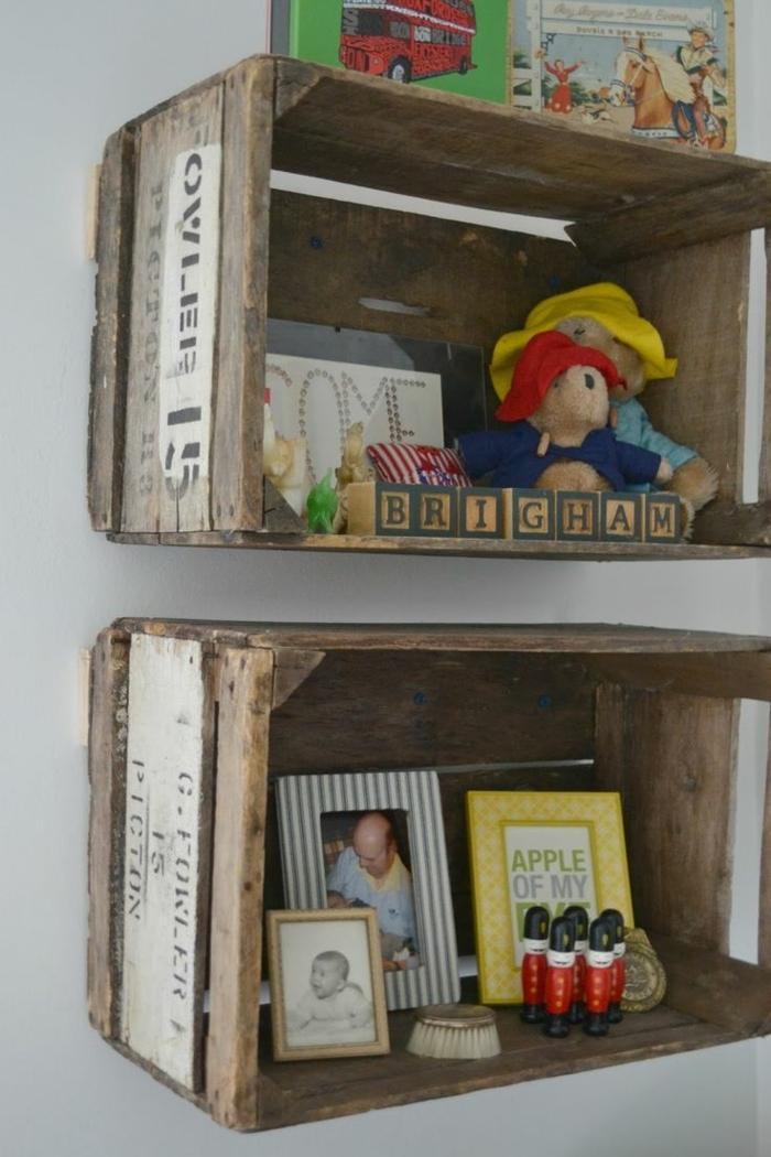 projet recup avec cagette bois brut, étagères murales, rangement jouets, photos, jeux, livres, petit coin enfance