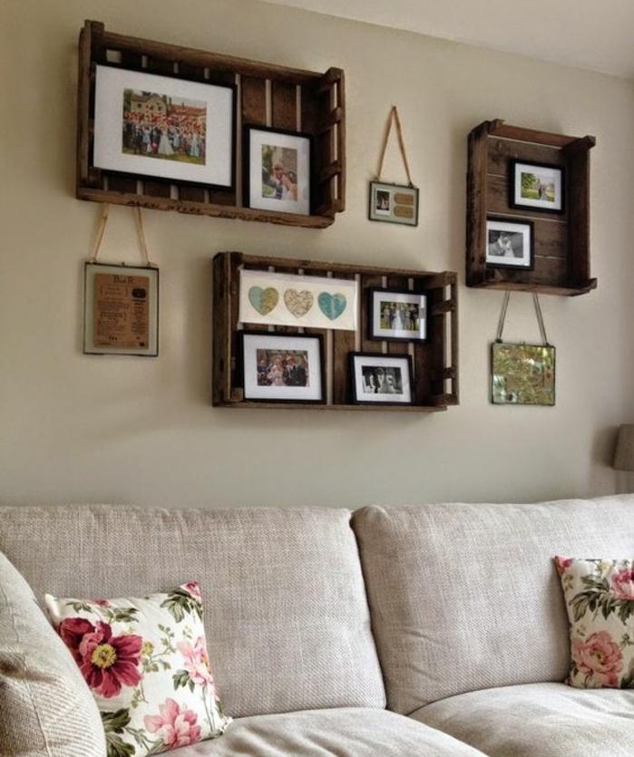cagette bois meuble, etageres aspect brut usé, affichage photos de famille, et souvenirs, dans le salon, cana[é gris, coussins motifs floraux