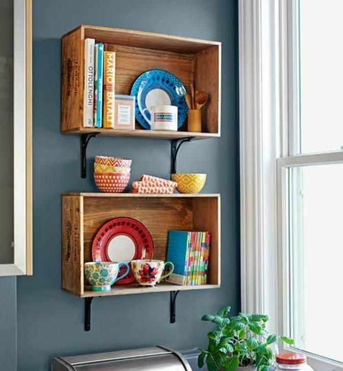 etagere cagette, caisse de vin, rangement vaisselle à motifs orientaux et livres, mur couleur bleue, rangement murale à faire soi meme