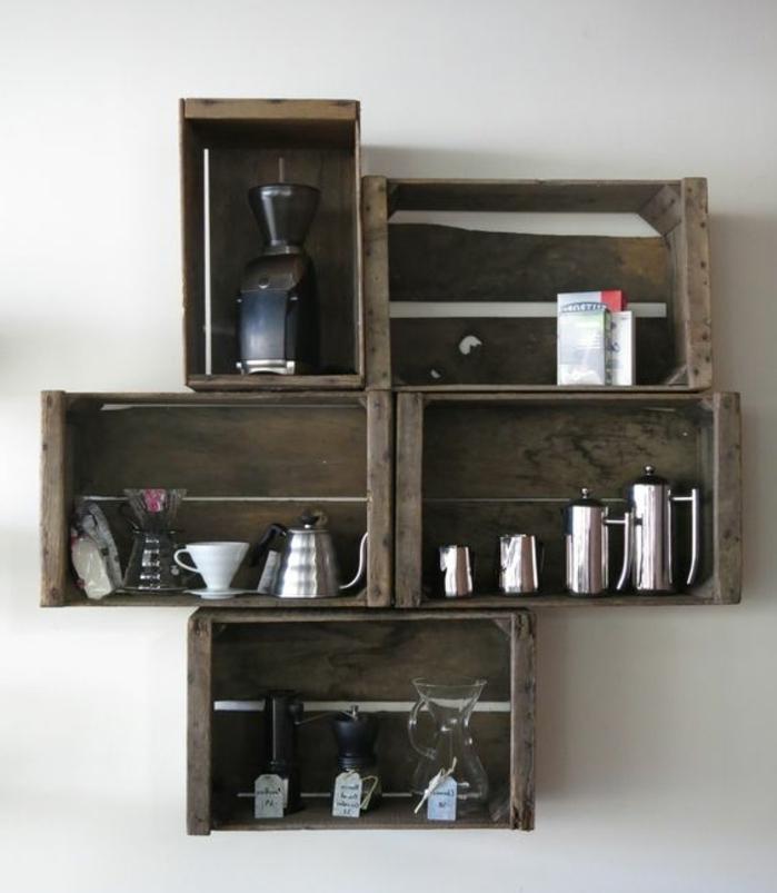 meuble en cagette, étagères murales en bois brut, rangement cafétières, vaisselle, idée comment aménager et organiser sa cuisine