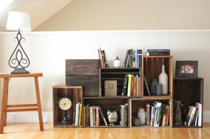 meuble en cagette deco, etagere asymétrique, rangement pour livres, pièces déco, horloge, photo de famille, parquet clair, lampe vintage