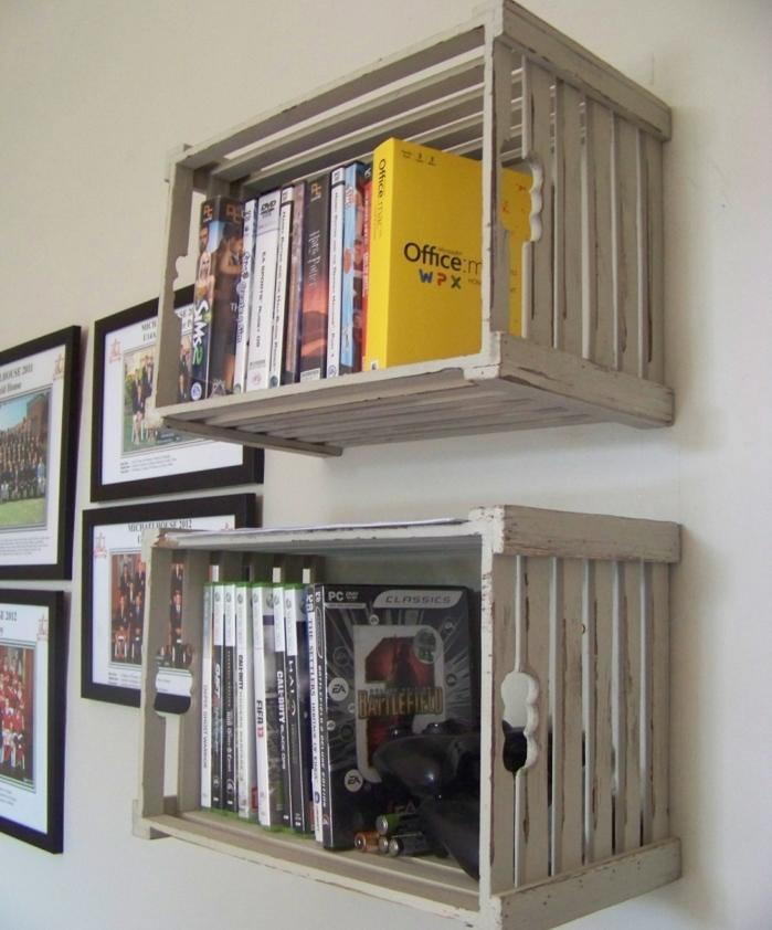 meuble en cagette, étagères murales en caisses de bois, idée de rangement pour livres, livres, photos affichées sur le mur