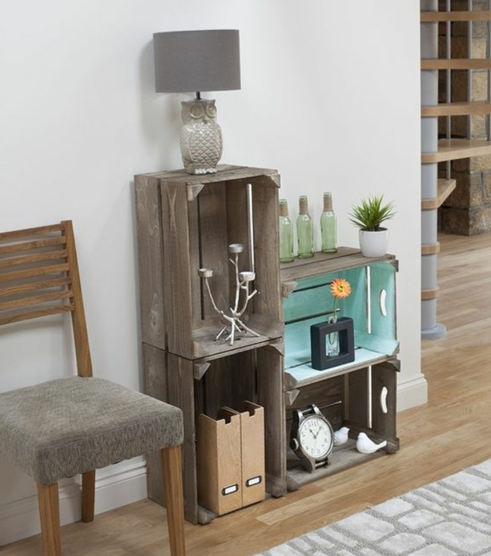 projet bricolage avec caisse a pomme, cagettes en bois transformées en étagère en bois usé, rangement objets vintage, chandelier, réveil, lampe hibou, bouteilles en verre, parquet clair