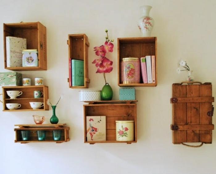 projet recup avec caisse de vin, des cagettes de tailles diverses, rangement vaisselle shabby chic, livres, boites vintage, vase de fleurs, fleur rose et blanche