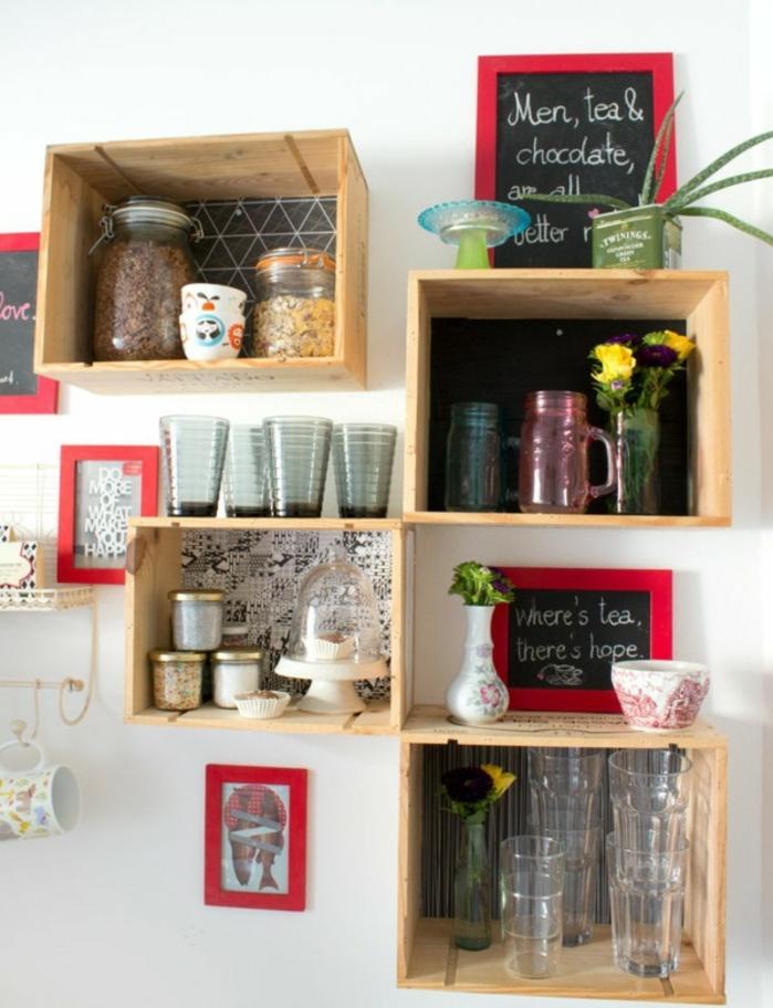exemple etageres murales caisse de vin, rangement vaisselle, verres, pots remplis d ingrédients, plantes, des tableaux noirs avec un encandrement rouge