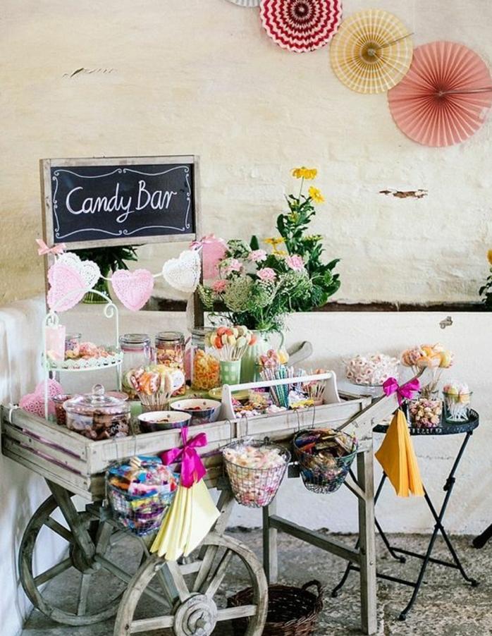 bar à bonons marage à deux roues, toute sort de bonbons, guimauves, sucettes gélifiés, boules de gomme, réglisses, pastilles, déco bouquet de fleurs et guirlande de coeurs rose et blancs