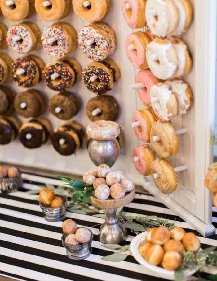 exemple de candy bar mariage avec donuts, beignets, nappe zèbre, idee deco mariage a faire soi meme, étalage gateau