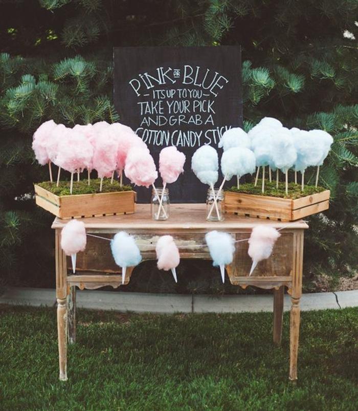 decoration bar a bonbon couleurs pastel, barbe à papa rose et bleu sur une table vintage, tableau noir et cadre naturel