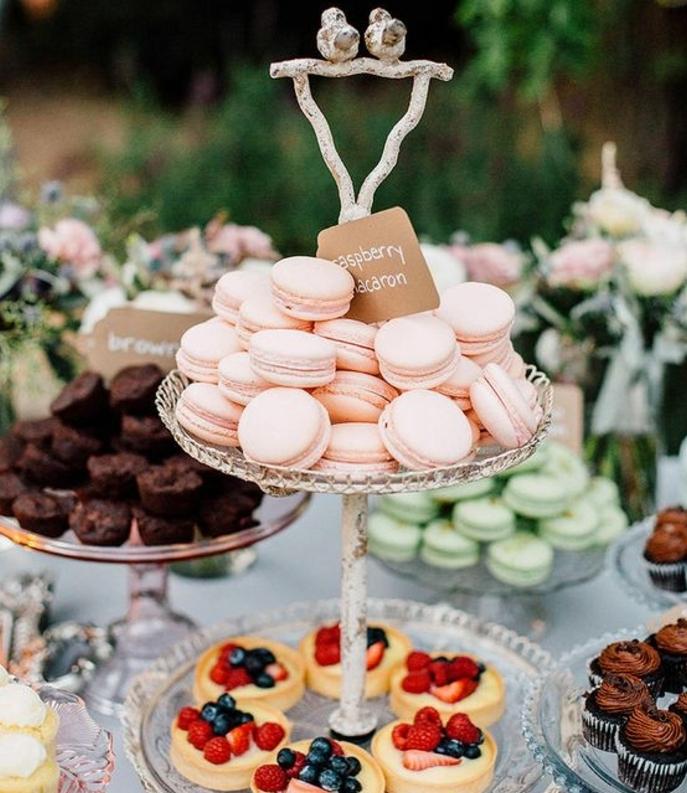 cupcakes, macarons et tartalettes, gateaux, couleurs pastels, décoration florale, mariage en plein air, theme champetre chic