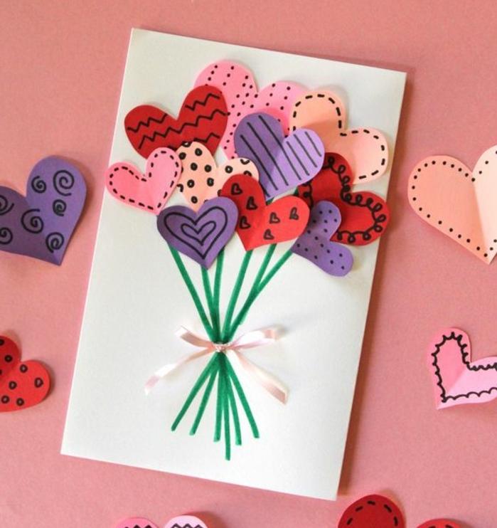 idée comment fabriquer une carte de voeux, un bouquet de coeurs en papier, sur un bout de papier blanc, idee fete des meres