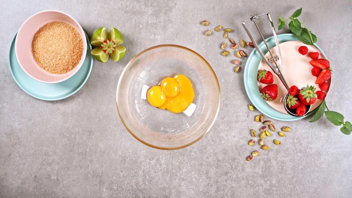 casser des oeufs dans un bol étape pour faire un dessert masion glacé nougat glacé simple et rapide