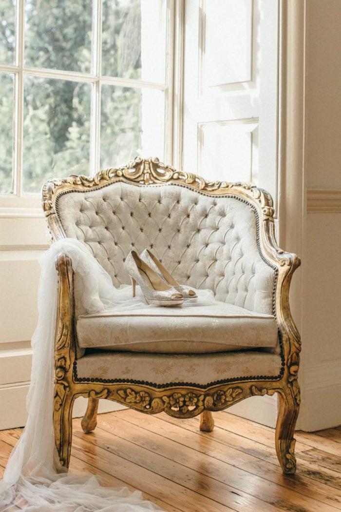 couleur chambre adulte, murs blanc, grande fenêtre à carreaux, parquet en bois, chaussures à talons, dossier de chaise capitonné