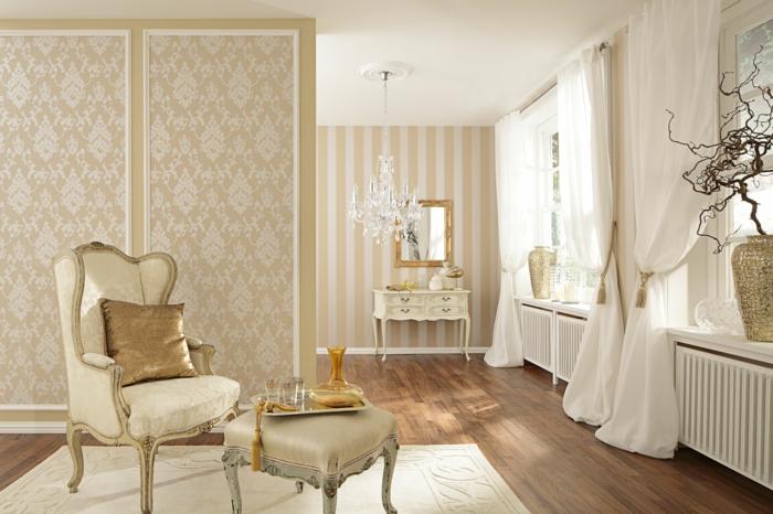 idée peinture chambre, mur damassé en beige, tabouret champagne, voiles blanches, fleurs sechées